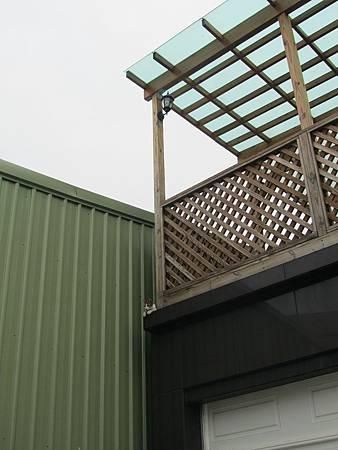 可惜旁邊蓋起了鐵皮屋車庫,有一點點破壞畫面。