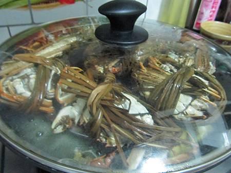 等下就可以吃螃蟹囉!!
