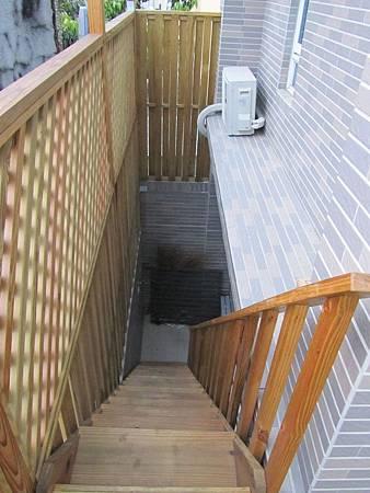 加裝一隻樓梯,可以從車庫直接上陽台。方便公婆進出曬衣場,有客人來烤肉時也可以直接上樓,不須經過我們的臥房。