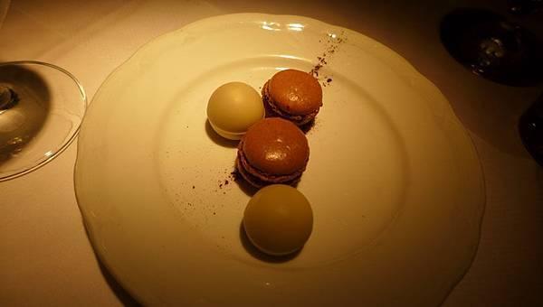 附贈的甜點,馬卡龍跟巧克力藍莓球