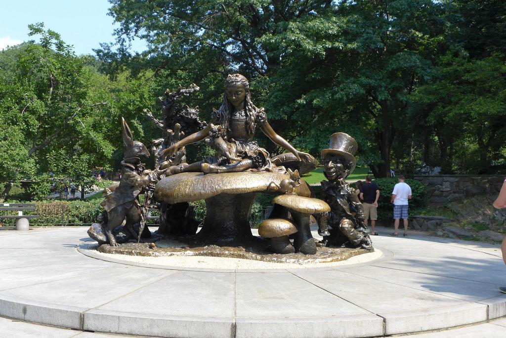 愛莉絲夢遊仙境雕像