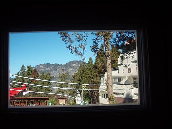 床頭上的窗.jpg