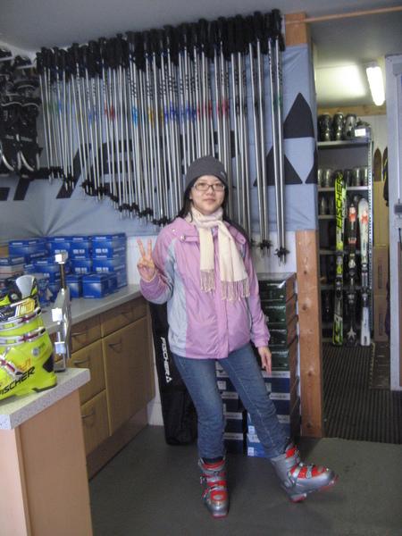在滑雪用具店裡