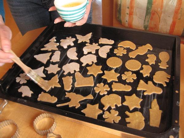 壓好形狀的餅乾塗上蛋黃水