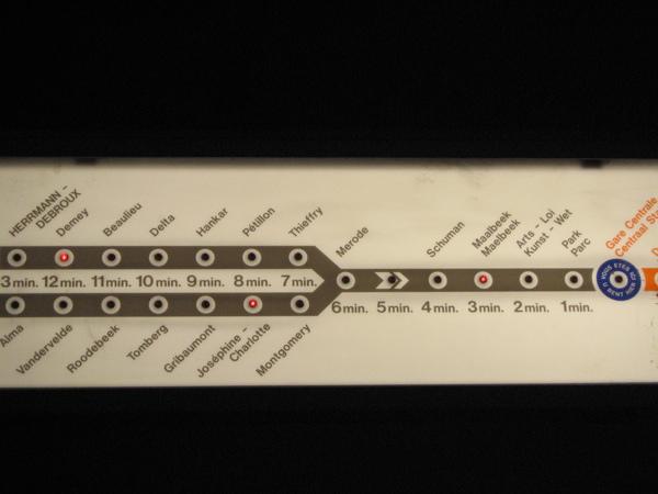 地鐵顯示等車時間的方式事告訴你車現在在哪裡