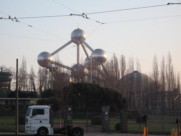借住的地點附近的原子雕塑