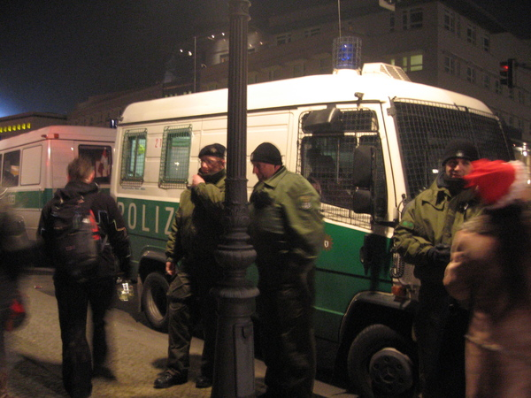 七點多時街上就出現很多警察,為跨年做準備