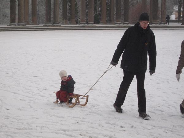 帶小孩滑雪的爸媽