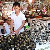 右邊第一攤賣蛤蠣的小夥子