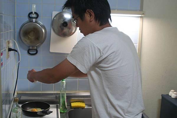 主人正在準備早餐
