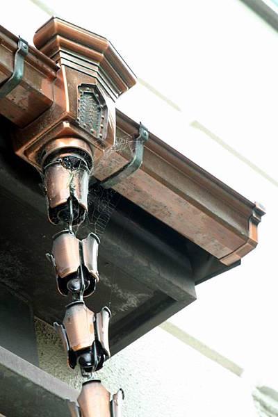 屋簷接雨水的器具