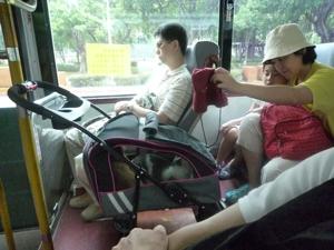 公車母女逗喵喵.jpg