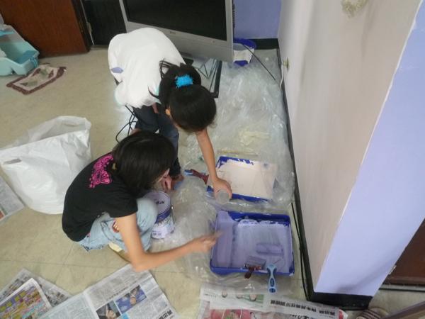 兩個小朋友自己調漆