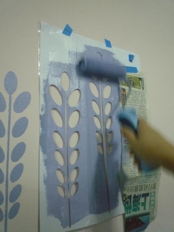 先把童工剪好的模版貼在牆上