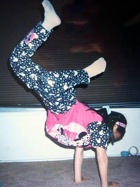 小學六年級在家裡做地板動作