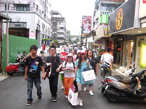好像一群人在街頭抗議!!
