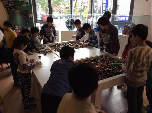 樂高迷注意!邊吃邊玩人氣旺 積木主題咖啡廳再拓點