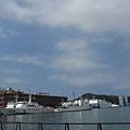港邊停了幾艘海巡的船