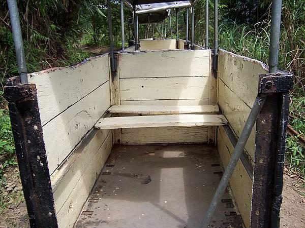 改裝車遊客坐的運煤車