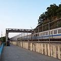 列車通過天橋下方