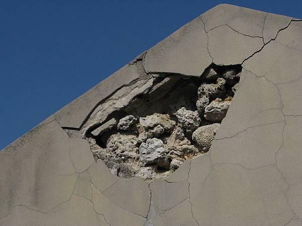 水泥表面下的咾咕石牆