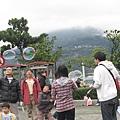賣吹泡泡的一群人在玩吹泡泡吸引客人