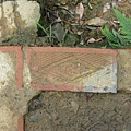 神社台階中的 TR 磚