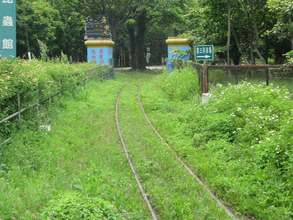 門旁的鐵軌