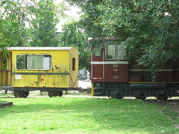 52 號機車頭和黃色 1016 號守車