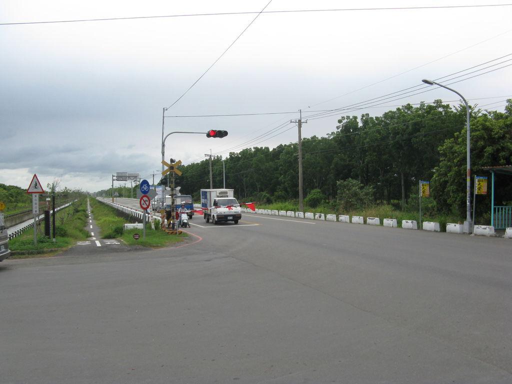 路口的車等紅燈也等火車