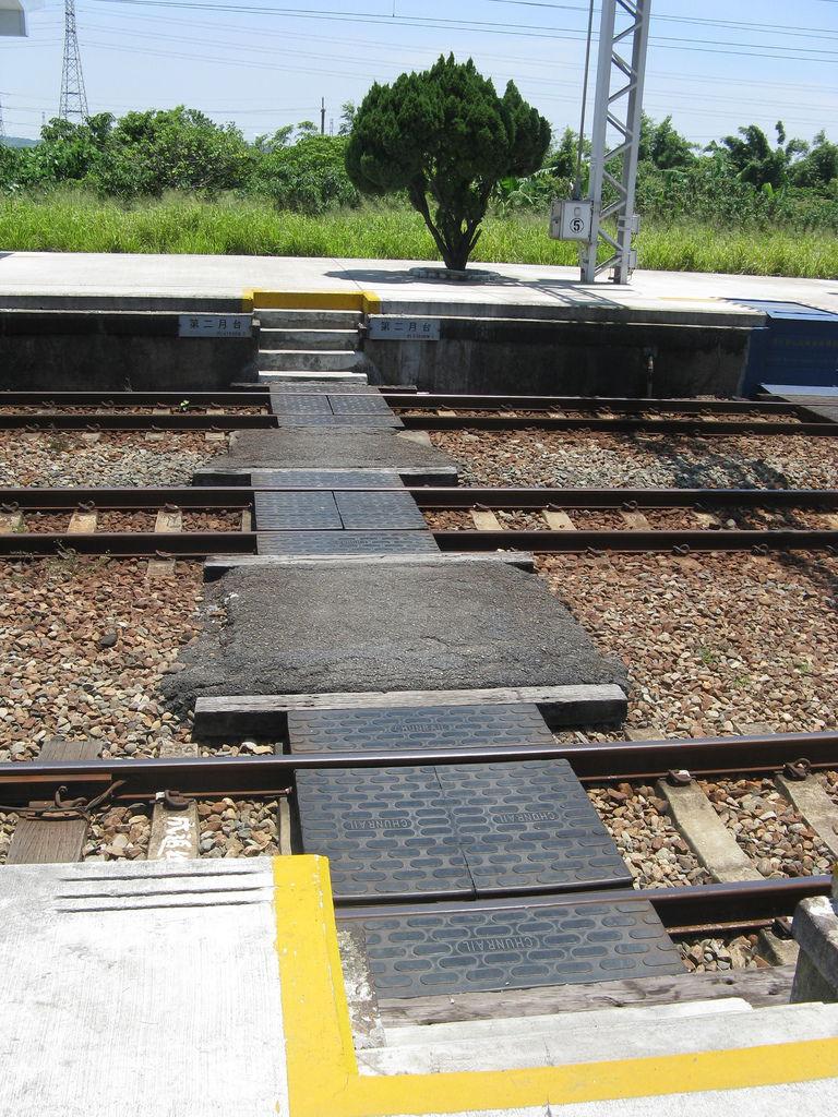 追分站還是用傳統的跨鐵軌出站的方式…