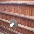 磚牆、木樑、電燈泡