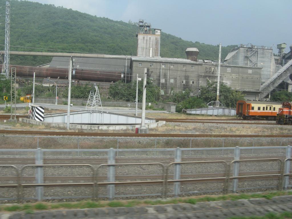 高鐵軌道旁的台鐵調度用轉車盤