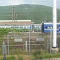 高鐵軌道旁的藍皮