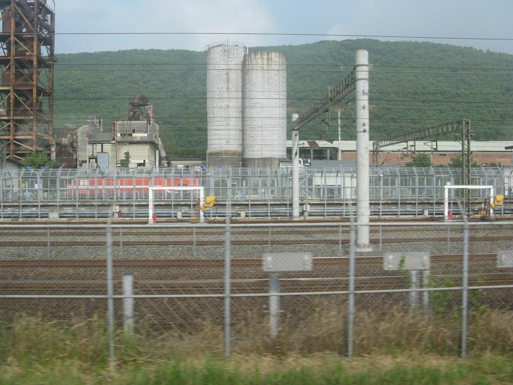 高鐵軌道旁的台鐵調度場