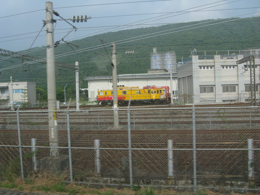 高鐵軌道旁的台鐵機車頭