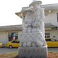 九曲堂車站前的同甘苦慶豐收雕像