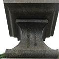 石燈籠上刻字「昭和十二年十月建之/新莊郡各學校生徒兒童」