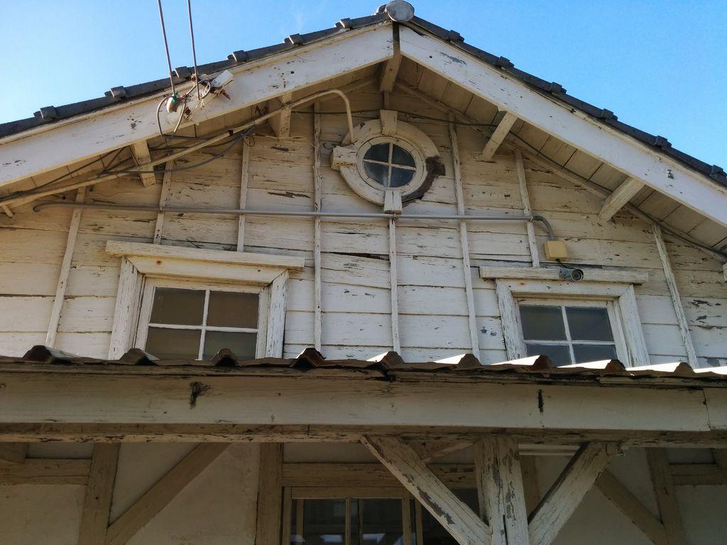 新埔火車站站外的牛眼窗已受損