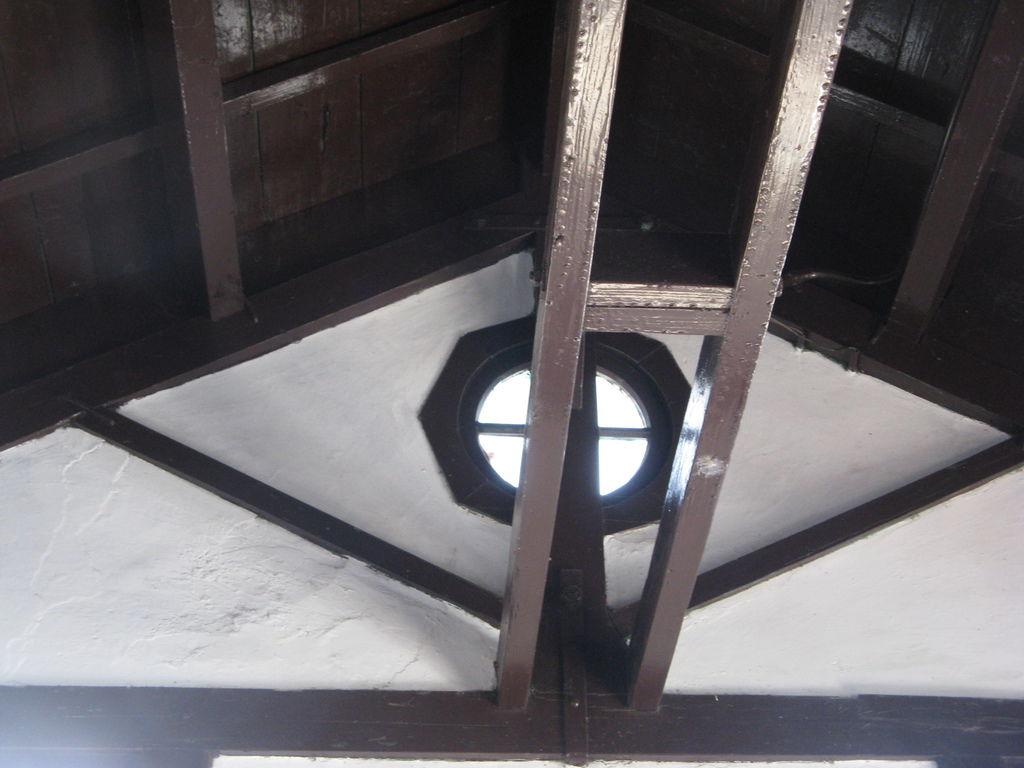 日南火車站的屋頂無天花板加蓋,仍可看到透光的牛眼窗