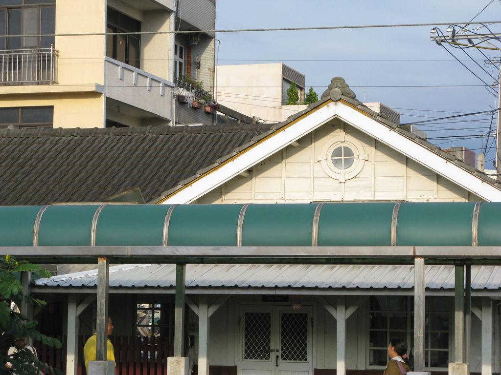 大山火車站的遮雨棚遮掉了一大部份車站的視覺