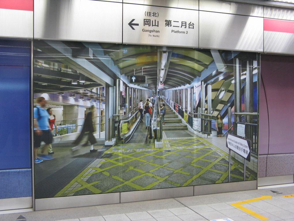 香港地鐵站等比例廣告:中環至半山自動扶手電梯