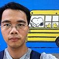 在 Snoopy 校車前自拍