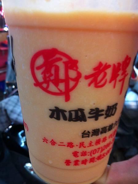 逛完整個夜市沒什麼想買的欲望,只喝了網路很多人推的木瓜牛奶 #kaohsiung #nightmarket #liouhe #papayamilk
