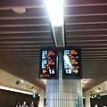 拍高鐵的兩台大螢幕變成一種習慣