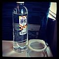 坐到沒有老皮的列車,杯架的設計反而限制了寶特瓶的可能性。 #TR32 #hsr #nowifi