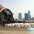 這堆佔住大彩虹舞台的桌子是怎麼回事⋯
