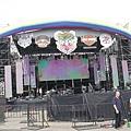 大彩虹舞台上掛滿了哈雷的 logo