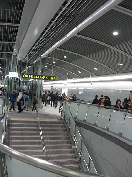 松山站的圓弧造型樓梯外牆