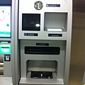 ATM 旁的不明設備,可以投零錢、刷條碼、感應卡片…?
